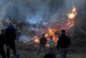Var det den keltiska beltanefesten som blev svenska Valborgsbål, eller tände våra förfäder eldar för att skrämma rovdjur och häxor? Oavsett vilket - den svenska traditionen är numera en fest i vårens och gemenskapens tecken.