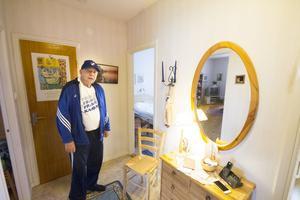 Rolf Blomgren älskar närheten till naturen från lägenheten, har det varmt och skönt i lägenheten och trivs på så sätt Hantverksvägen, men tvivlar på att Hyresfastigheter i Fagersta kommer att lyckas med att få upp området till tidigare standard.
