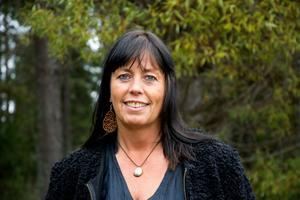 Maria Elisdotter har rest mycket och kombinerar gärna  smycken och kläder från olika platser och kulturer: samiskt halsband, örhängen med arabisk skrift, egentillverkad sidenblus.