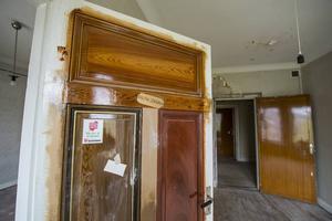 I den sydvästra lägenheten har man använt spegeldörrarna till att göra färgprover.