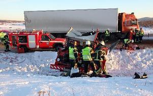 Tre tunga fordon var inblandade i en kollision på riksväg 70 i Romme på fredagen. Bärningsbilen trycktes ner i diket. Föraren i långtradaren och föraren i bärgningsbilen skadades svårt.Foto: Annika Björndotter.