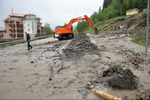 Många pågående byggen plus arbeten med att lägga ner snökanonledningar i backarna bidrar till att vattnet i bäckarna blir extra lerigt.