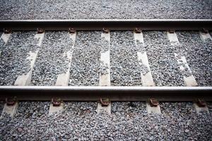 Socialdemokraterna i länet pekar på vikten av goda kommunikationer och kräver att den oreda som gäller järnvägen omedelbart åtgärdas.