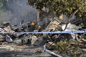 Lågor syns fortfarande på platsen och det kan brinna i däcken och bråtet i flera dagar.