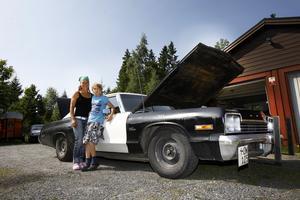 Generationer. Sonen Aron har ärvt mammas bilintresse. I garaget står en Amazon som ska bli hans.