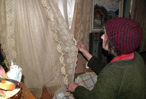 Göta är mycket stolt över de gamla handgjorda gardinerna i salen i husen.