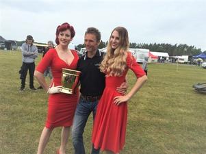 Ulf Kusendal tillsammans med Miss Västerås Summer Meet 2017 (till vänster) och Klas Brinks dotter Therese Brink.
