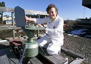 ARKIVBILD Hotad fälla. Lisbeth Strömberg, mikrobiologiska laboratoriet, med den pollenfälla som monterades upp på länssjukhusets tak för ett par år sedan.