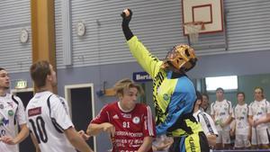 Per-Ols Robin Karlsson stoppas av Lillån Jonas Hammarström.