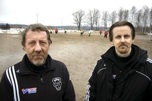 Assisterande tränare Börje Gustafsson, till vänster, och nya tränaren Olavi Rizell hoppas på en placering bättre än sexa i tabellen för Lekebergs IF i division 4.