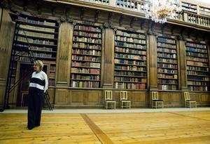 Samlingen i Bernadottebiblioteket på100 000 böcker och 500 000 fotografier är stiftelseägd.