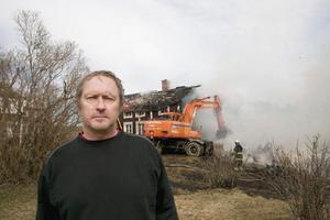 Fastighetsägaren Anders Olsson kunde bara stå overksam bredvid, medan hans hem brann ned till grunden.