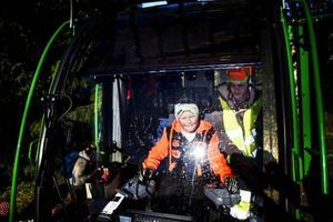 Paul Jonsson som går andra året på Torsta visar Andreas Lööv hur en skogsmaskin fungerar.
