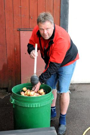 Med jämna mellanrum mäter Kristian Willman torrsubstansen i potatisen för att veta när det är dags för skörd.