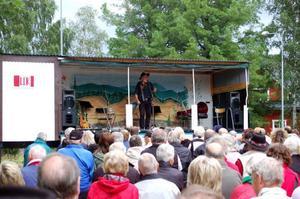 Ewert Ljusberg drog full publik, och som han brukar spelade han visor och berättade historier.  Foto: Carin Selldén