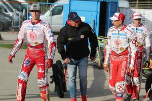 Mikael Teurnberg med tre av förarna han behöver få fart på mot Masarna: Max Fricke, Andreas Jonsson och Jacob Thorssell.
