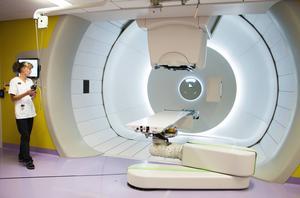 Vårdenhetschefen Maria Furberg visar upp ett av de två behandlingsrum som nu är klara. Själva cyklotronen som producerar strålningen finns i ett rum intill, men dit för vi inte gå in eftersom strålningen för hög.