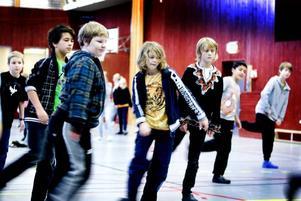 RÄTT BEN. När streetdance står på skolschemat gäller det att hålla tungan rätt i mun och föra skillnad på höger och vänster. Kevin Stjerndorff heter killen i mitten.               I går firade Internationella Engelska skolan i Gävle Internationella barndagen med aktiviteter kopplade till olika länder. Lärare från andra länder än Sverige pratade om hur det var att vara barn där de växte upp.