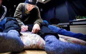 """Om Alexander Almström var tvungen att fly skulle han ta med sin flickvän. """"Man kommer inte långt utan kärlek"""", säger han.  Foto: Håkan Luthman"""