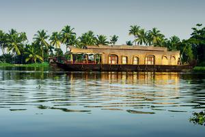 För några hundralappar om dygnet kan man hyra en husbåt med förare och kock som tar en runt i Backwaters.