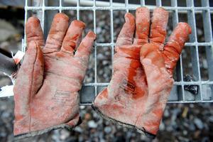 Byggnadsarbete är stenhårt och farligt; det är smärtande ryggsenor, utslitna knäleder och reumatisk värk i händerna, vittnar arbetarskildringen