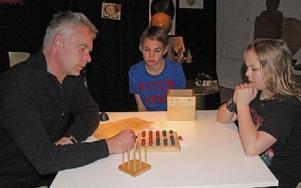Läraren Hans Mellin och eleverna Hugo Eriksson och Felix Forsberg löser matematiska problem.