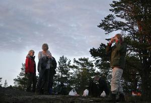 Naturnatten arrangerades i hela landet natten mellan fredag, världsmiljödagen, och lördag, nationaldagen. Börs Kerstin Gernes tar en bild medan grillen tänds.