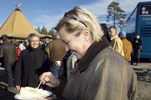 Kommunalrådet, Caroline Schmidt, fick en tårtbit av sin förra kollega, Sven-Åke Thoresen, och till höger ser vi förre planeringschefen i Hudikvalls kommun, Bengt Gill.