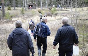 Arbetskrafter på väg till slåtterområdet. Det är fagardag vid Dansarbacken och naturstudieklubbens medlemmar sluter upp.