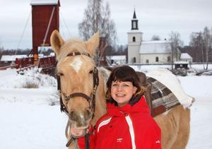 Sofia Jarl tycker att det är roligt med hästar –och hästen Bella tycks av minen att döma tycka att det är roligt med ridande kommunalråd.–Ja, ja, ja, jag har inte ridit sedan jag var väldigt ung och är lite av nybörjare, replikerar Jarl på politikervis.