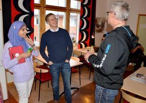 Gustav Fridolins besök på Torvallaskolan avslutades med ett samtal med Reidar Lunde och hans lärarkollegor. Shaymaa Alaw visade Miljöpartiets språkrör runt på skolan.