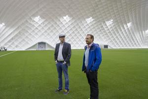 Stefan Andersson visar Per Lindmark runt och Per har många frågor då han aldrig sett en liknande konstruktion tidigare.