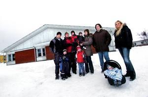 Vill ha dagmammorna i Borgärdet kvar. Vuxna från vänster: Fredrik Jonsson, Veronica Eriksson, Carina Danielsson, Maria Tysk och Raili Åkers. Med bilden är också barnen Anton, Lukas, Emma, Rasmus och Albin.