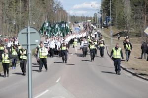 Regementsvägen. Nordiska Motståndsrörelsen är på väg mot Stora torget.