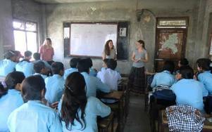 """Under sin resa fick Sandra volontärarbeta och även hålla i engelsklektioner för barnen. """"De är jätteduktiga på engelska"""" säger hon. Foto: Johnny Fredborg"""