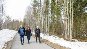 Gånglederna i Granloholm är nu ljusa och öppna. Anders Erlandsson, Åsa Ulander och Hans Asplund visar ett gångstråk.