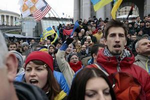 Ukrainas befolkning vill ha mer demokrati och protesterar. Men i massupplopp i Kiev med flera städer, tar sig demonstrationerna andra uttryck när extremhögra krafter kastar sig in och vill störta regeringen.