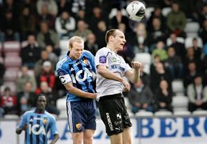 Kim Olsen i duell med förre ÖSK-aren Patrik Haginge.