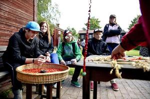 Pynt av halm och rönnbär, var något av Granbergseleverna fick prova på när de besökte Träslottet i Arbrå. Elevernas arbeten kommer att visas i en utställning den 29-30 september.