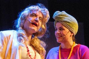 Leif Krogstadholm gör Albertina som vill flytta in hos Ingrid (Katrin Wenger).