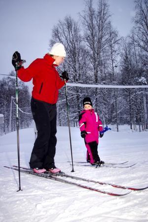 """Glider fram. Anna Kangasvieri och dottern Stina tog en tur i skidspåret. De bor i Karlstad men var på besök hos släktingar över julhelgen. """"Jag åkte här som barn så det är roligt att vara tillbaka, säger Anna Kangasvieri""""."""