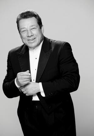 Brittiske stjärndirigenten Roy Goodman är nästa säsong en av två gästdirigenter hos Sinfoniettan.