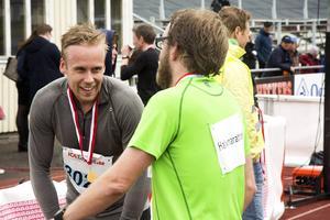 Joakim Jonsson från Söderhamn pustar ut efter målgång. Löparen som till vardags är elitspelare i bandylaget Broberg/Söderhamn och som har ett förflutet i Selånger Bandy.