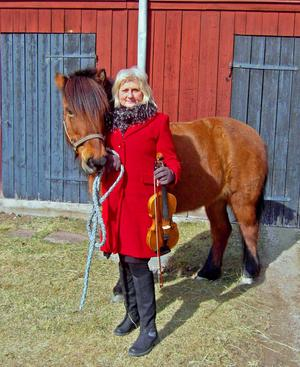 Fioler och hästar är två huvudingredienser i Maud Normans liv. Till vardags är hon violinist i Dalasinfoniettan och när hon är ledig sadlar hon bokstavligen om och ägnar mycken tid åt islandshästen Pandra.