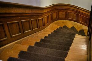 En ek panel pryder trappan till övervåningen.