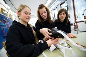 Tekniksmarta. Cajsa Grape, Mikaela Johansson och Malin Eriksen funderar på att ta patent på sin uppvärmda cykelsadel.