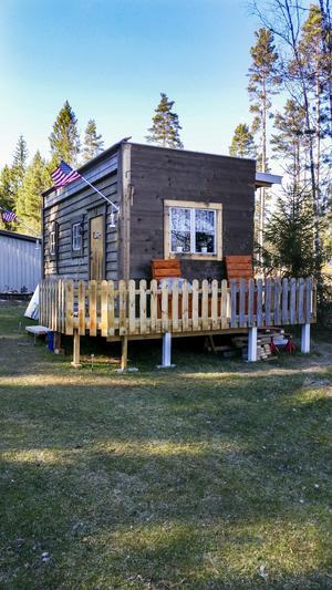 Huset har paret byggt helt själva. Snart ska ännu en altan byggas.