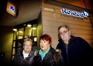 Agneta Lärka, Ingrid Sandström och Bo Lindgren är upprörda över Nordeas beslut att stänga kontoret för kontanthantering.