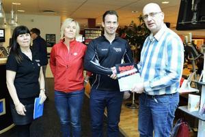 Lena Jönsson, till vänster, och Thomas Andersson, till höger, delade ut diplomeringen för antidopingssamarbetet till Christina Rawald, Friskis och Svettis, och Andreas Forss, Sports Gym.