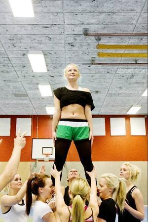 Ida Nyander Söderhielm slipar detaljer för att kunna klara av att hålla balansen när hon är en av topparna i tävlingslaget. Toppen innebär att du är överst i en mänsklig pyramid.